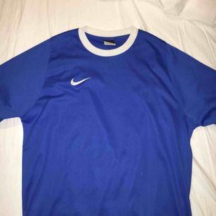 blå tröja från Nike, köpt här på plick! säljes pga för liten. fraktas eller möts upp i Sundsvall <3