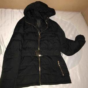 Jättefin svart jacka från sisters, jackan är väldigt fin men tyvärr så har spännet gått sönder därav det låga priset