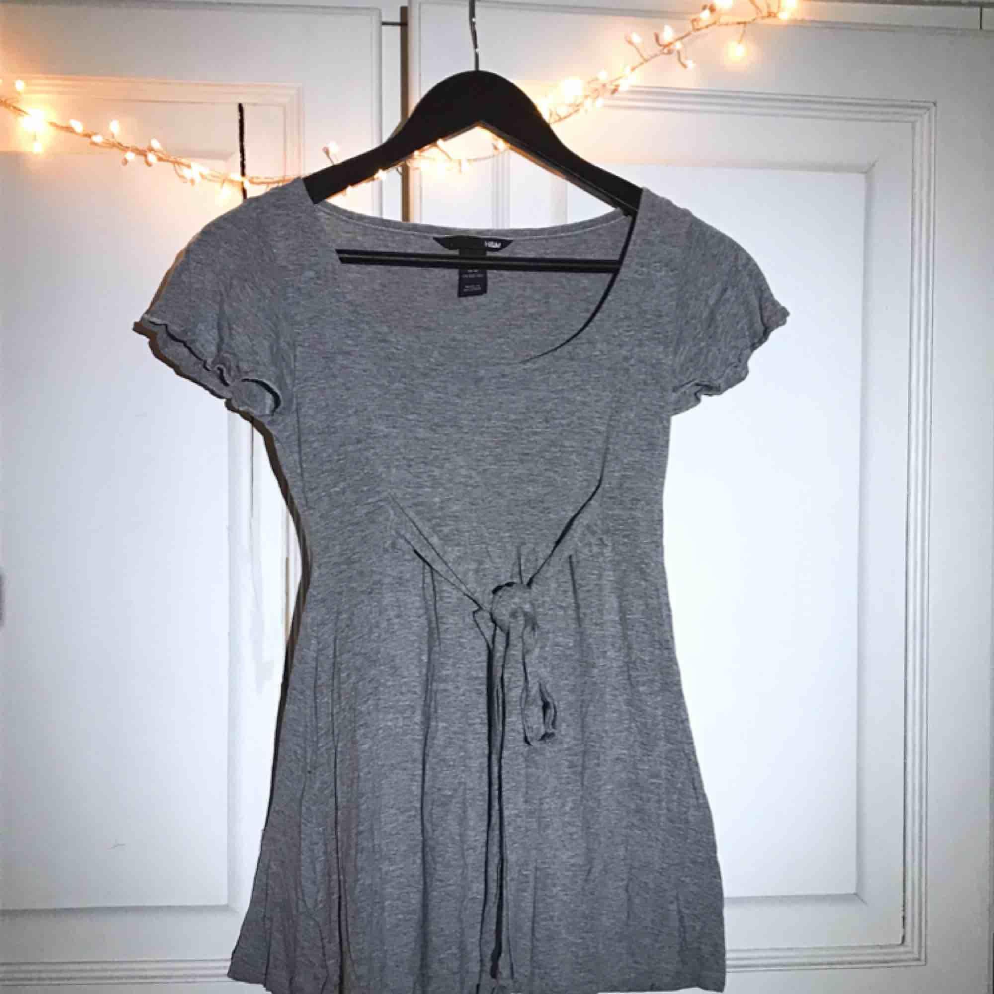 Fin kort-kort klänning från hm. Ganska urringad med en liten söt frill på ärmen och knytaband i midjan som man kan knyta antingen fram eller bak.💫. Klänningar.