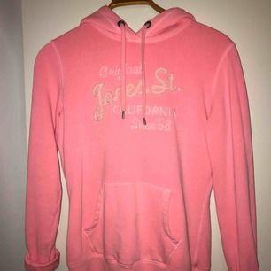 Hoodie i en rosa färg från hm i stl S! Jätte skön och mysig, tyvärr använder jag den inte alls så därför säljer jag den! Tar emot swisch men köparen står för frakten😊