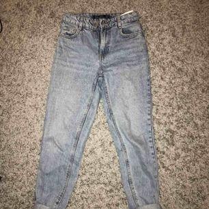 Ett par skit snygga mom jeans från bershka! Säljer pga att jag inte använder de tyvärr står att det är stl 32 men passar definitivt er som är stl 34! Tar emot swish och köparen står för frakten!💙