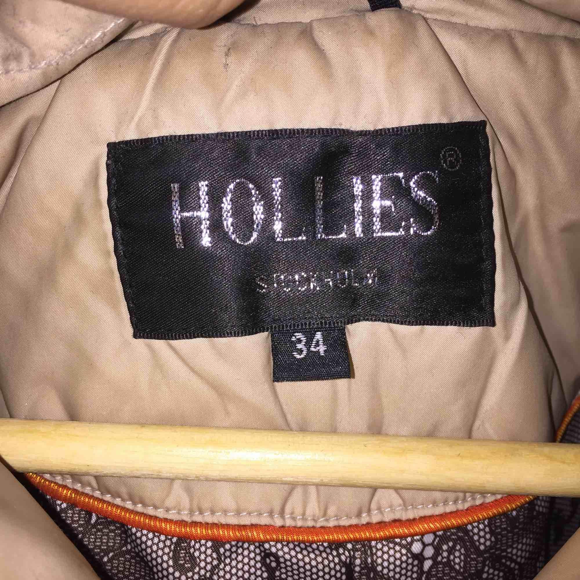 Väl använd jacka från Hollies, beige färg med äkta päls, nypriset ligger runt 4000kr, mitt pris 600kr. Kan skicka fler bilder på jackan om du är intresserad! . Jackor.