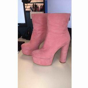 """Världens coolaste skor som tyvärr inte kommer till användning. I rosa """"mocka"""", med hög klack och bra platå!"""