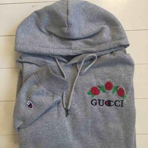 Snyggaste tröjan! Är äkta champion men ej Gucci. Design av Avanope! Är i reverse weave så den är sjukt mjuk.   Det är storlek L men sitter snyggt oversize på mig som har S. Tröjan är endast testad (lappen sitter kvar)  🥀 Frakt tillkommer