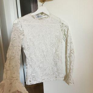 Jättefin tröja från ginatricot i storlek xs. Hela är spets men framsidan har ett extratyg så man inte ser igenom, men baksidan är spets som man ser igenom på (sista bilden). Lägg egna bud