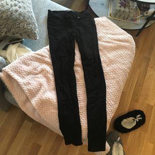 Säljer dessa svarta och superstretchiga jeans i storlek s. Sitter superbra men var fel storlek för mig. Använda 1 gång i endast några timmar. Lägg egna bud