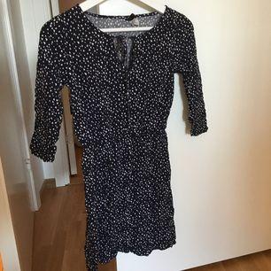 Säljer denna supersnygga klänning från h&m i storlek 34. Skärpet ingår inte men tycker det är finare med skärp i midjan. Lägg egna bud