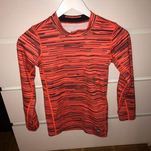 Orange tight träningströja med svarta detaljer. Storlek 152 men passar en XS. Har haft den ett bra tag men inte använt den så mycket. Möts upp i Karlskrona eller fraktas då köparen står för frakten. (Swishbetalning)
