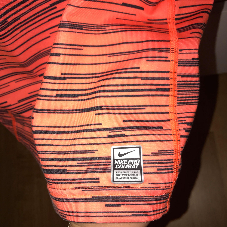 Orange tight träningströja med svarta detaljer. Storlek 152 men passar en XS. Har haft den ett bra tag men inte använt den så mycket. Möts upp i Karlskrona eller fraktas då köparen står för frakten. (Swishbetalning). Huvtröjor & Träningströjor.