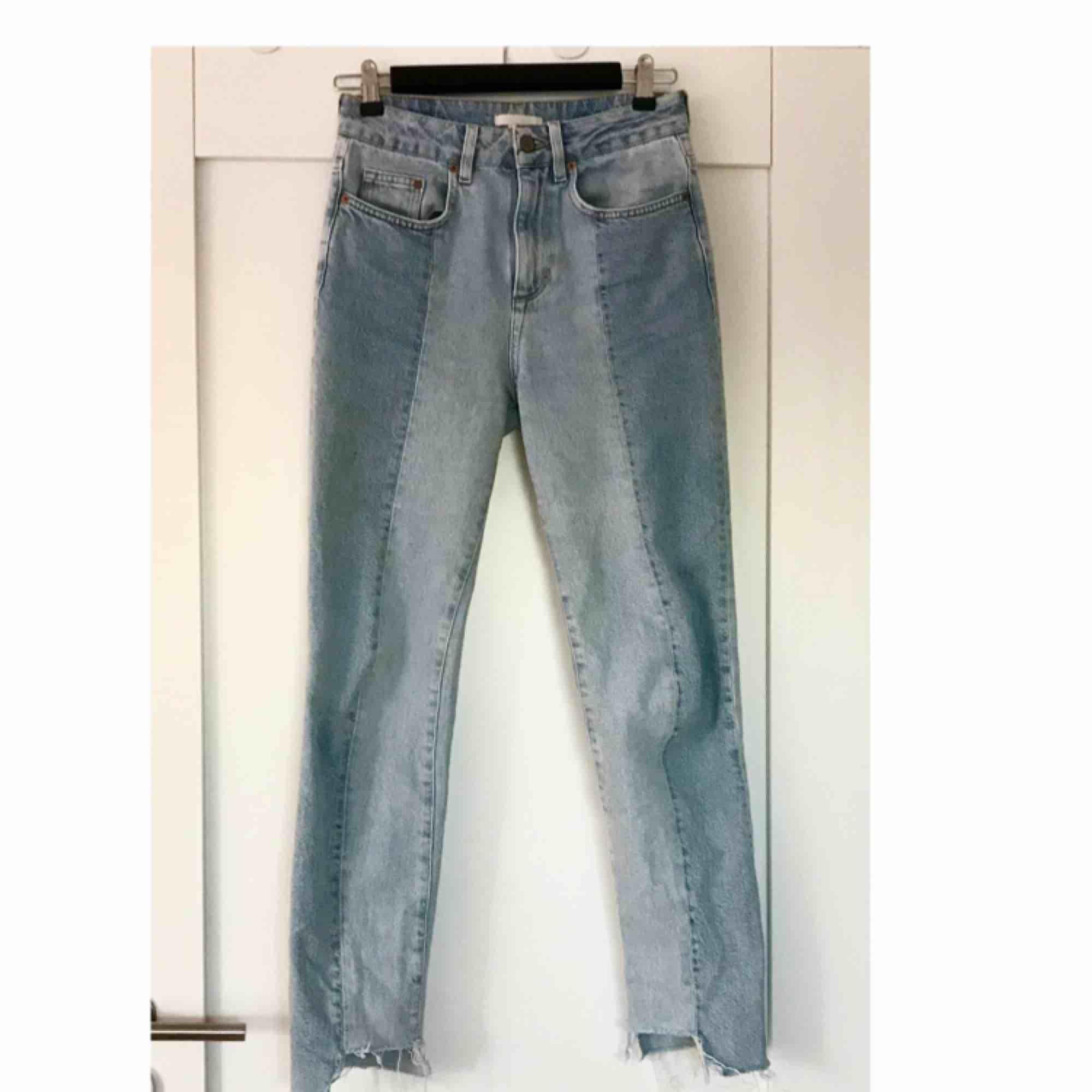 Typ de finaste jeansen jag har, ljusblåa med en rand ned längs benet och ojämna benslut. Köpta på plick och har endast använts några gånger eftersom de är lite för små för mig. Lite stora i storleken dock. Säljer nu för samma pris jag köpte dem.. Jeans & Byxor.