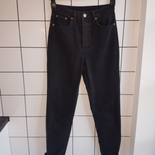 Svarta high waist jeans från H&M i straight leg-modellen! De är bara använda två gånger och fortfarande i fint skick! 💞