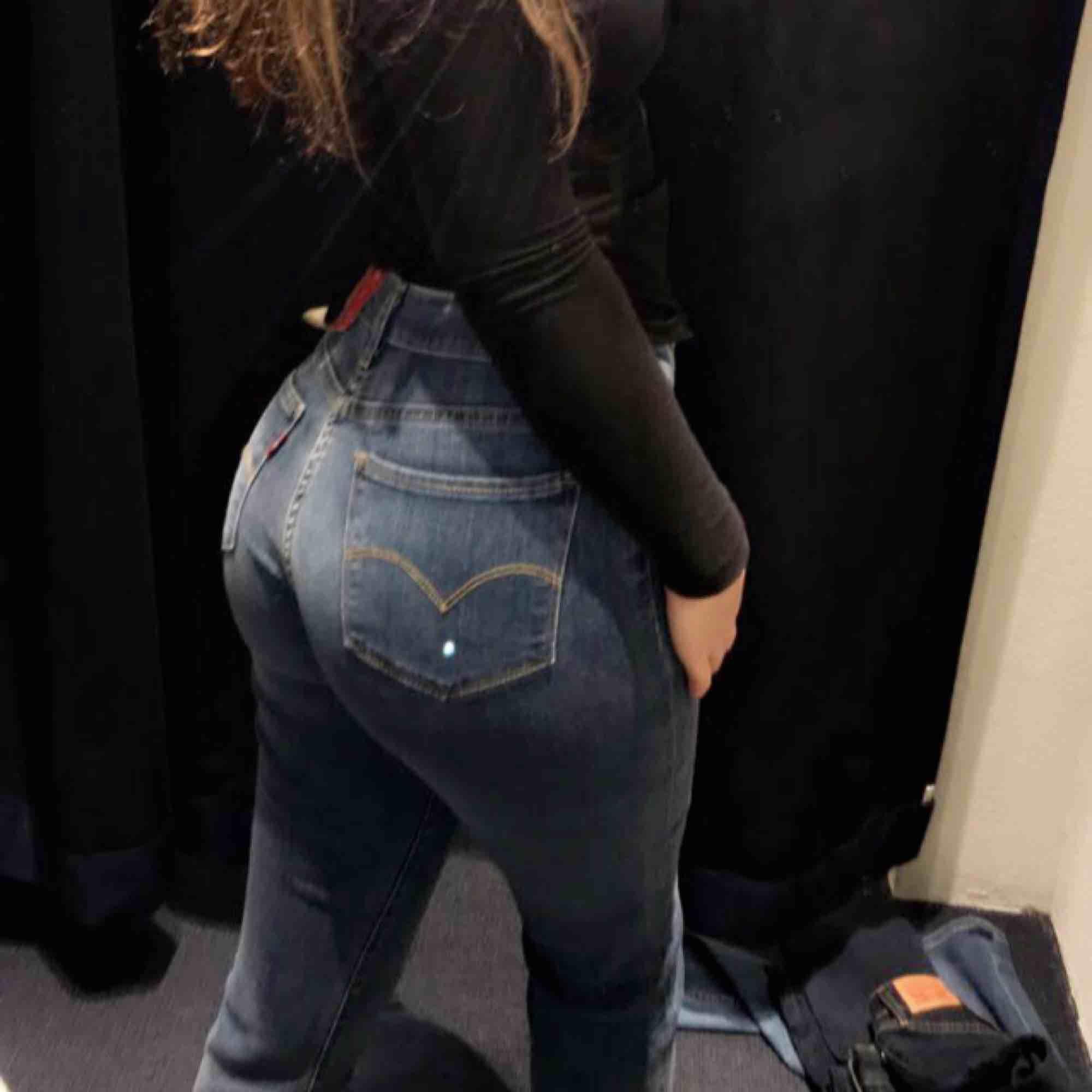 Säljer nu dessa fina Levi's jeans pågrund av att jag inte användt dom mer än 3 gånger. Köpta på carlings för cirka 3 månader  sedan. Inga hål, inte heller några fläckar. Kan fraktas då köparen står för frakten!❣️❣️. Jeans & Byxor.