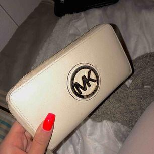 Michael Kors plånbok.