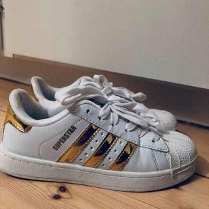 Adidas superstar med guldiga detaljer. Endast använda en gång.