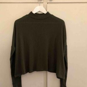 Grön tröja från hm. Sitter som S.