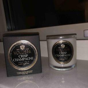 Säljer ett helt oanvänt ljus från voluspa i doften Crisp Champagne som luktar extremt gott! Tar betalning via swish och fraktar endast🥰