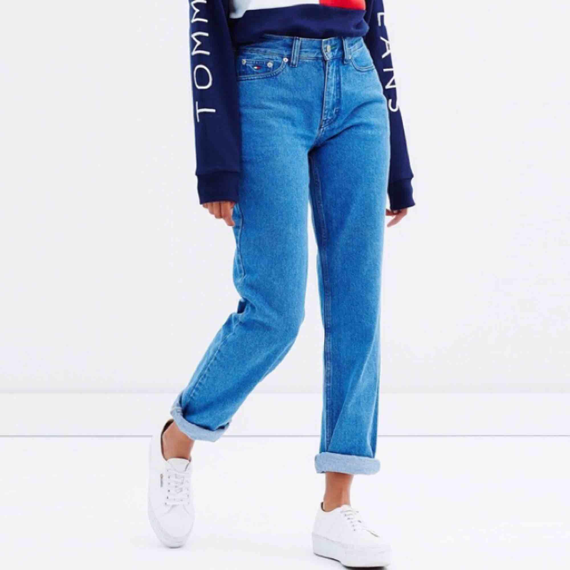 Tommy Jeans 90s mom jean i färgen rich blue, storlek 29/32. Första bilden är min och de andra två är produktbilder. Googla gärna tjw 90s mom jean rich blue för fler bilder. Frakt 58 kr med posten skicka lätt.. Jeans & Byxor.