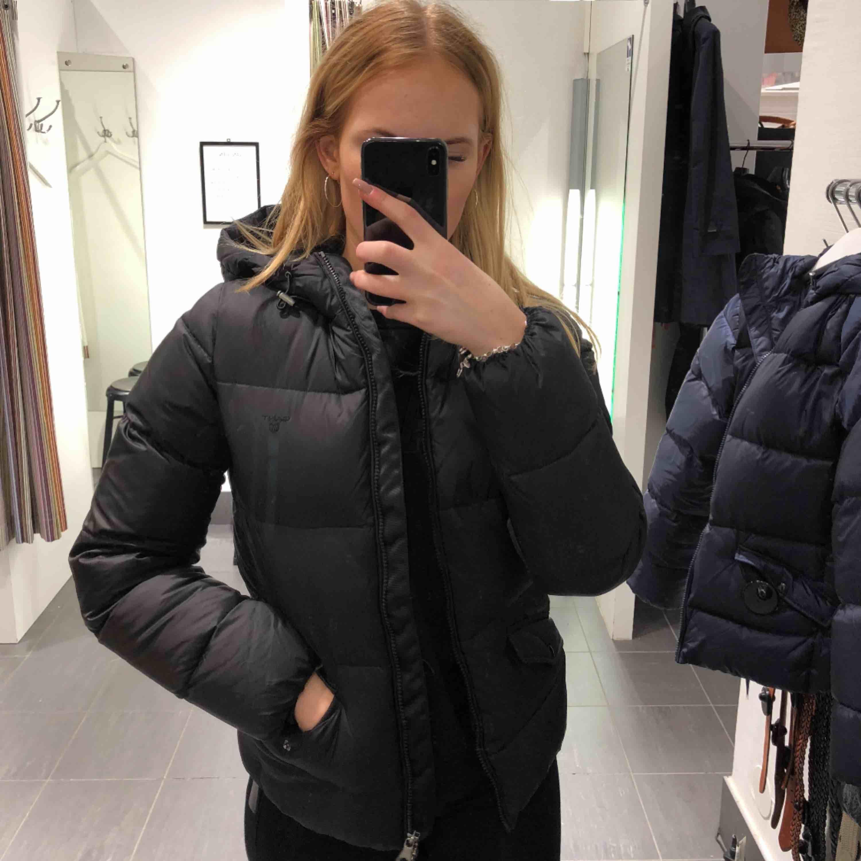 Säljer en gant jacka som köptes 2017 börjar av december. Jackor.