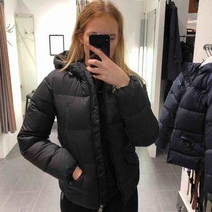 Säljer en gant jacka som köptes 2017 börjar av december