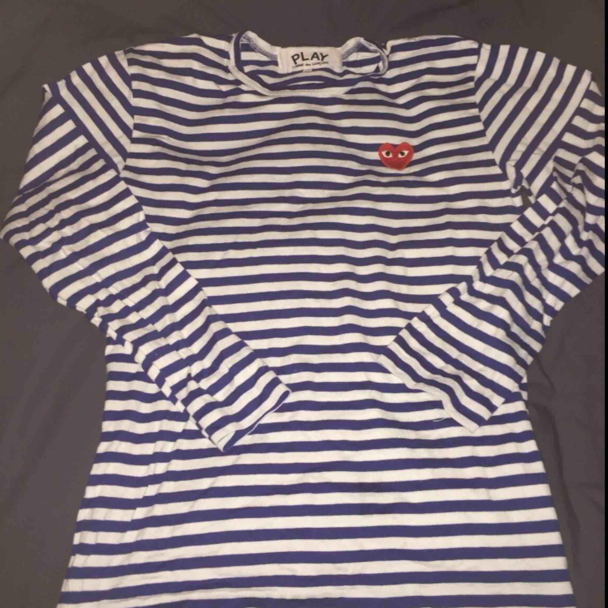 Jag säljer min Comme des garcon långärmade tröja pågrund av att den ej passar mig. Använd nån gång bara,,, bor i Göteborg ifall du kan mötas upp!. Tröjor & Koftor.