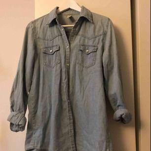 Oversize, lite längre skjorta från Gina Tricot