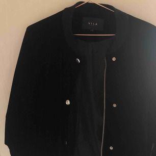 Säljer en superfin jacka i svart sammet med silvriga detaljer. Använd ett fåtal gånger och säljer endast för att den inte kommer till användning längre tyvärr.