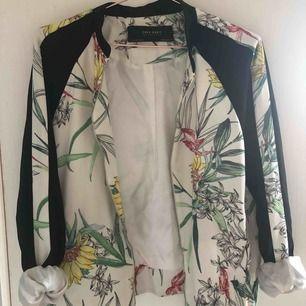 Blommig jacka från Zara som tyvärr bara fått användas några få gånger. Den är i tunt tyg och funkar som en vårjacka alternativt att ha inomhus nu under vintern.
