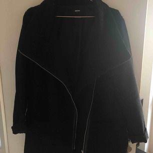 Härlig omlottkappa i svart från BikBok. Den är stor och varm att ha nu under vintern och du får plats med en tjock tröja under om det behövs. Superfin men har tyvärr hängt i garderoben ett tag nu.