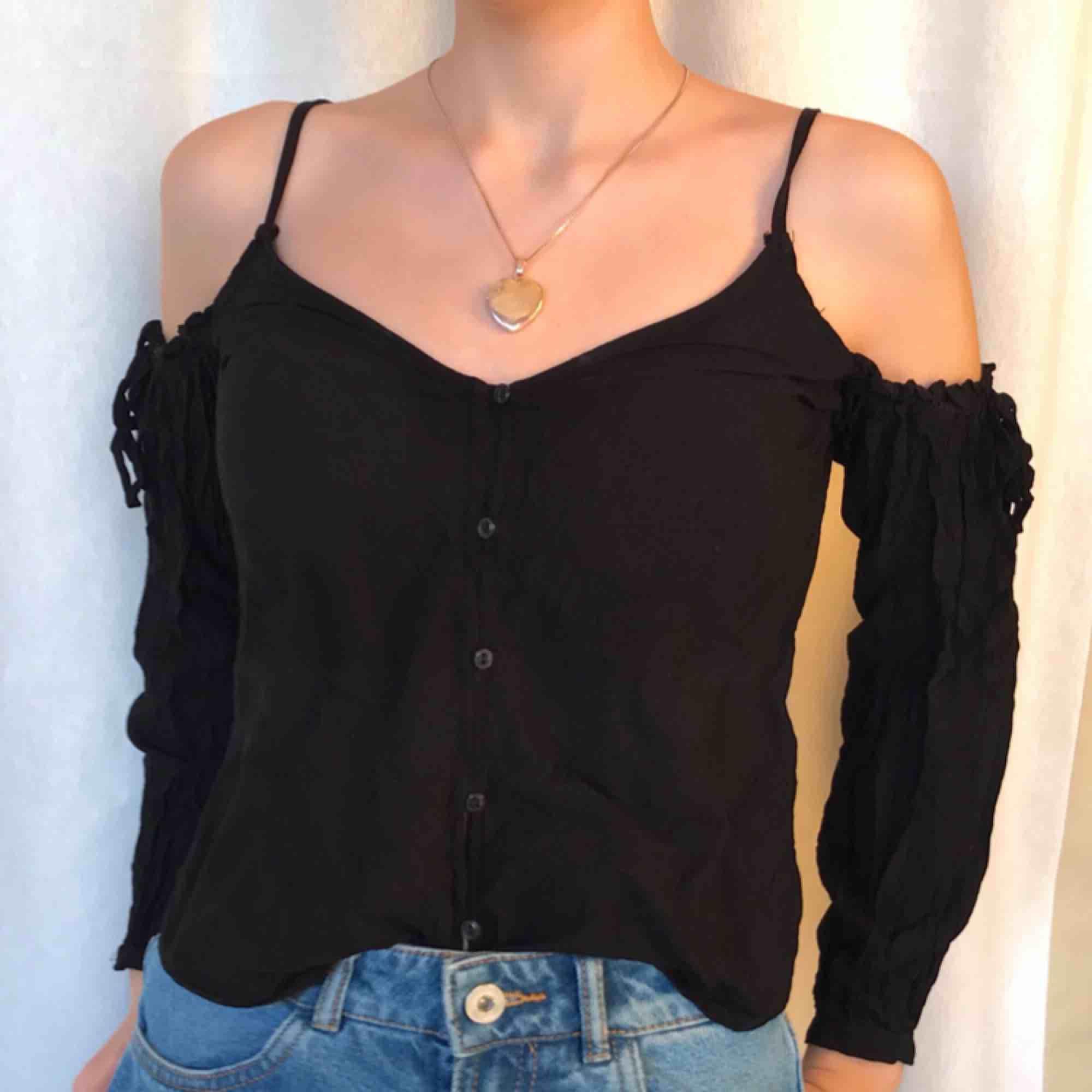 Fin blus från H&M. Off-shoulder modell typ, men med smala axelband. Såå fin men börjar tyvärr bli liten på mig. Pris kan diskuteras vid snabb affär.. Toppar.