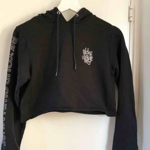 Croppad hoodie från Monki i storlek s! Kan mötas upp i stockholm, annars står köparen för frakt.
