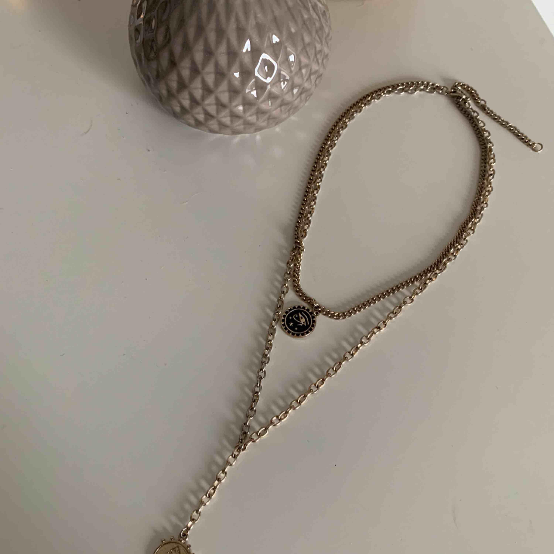 Ett favorit smycke under sommaren! De är guldigt men inte så kraftig guld färg bara. Detta är från gina tricot. Väldigt fint att layera halsband. detta gör jobbet åt en . Accessoarer.