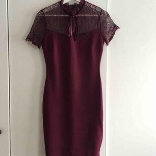Vinröd klänning köpt på New Yorker för 299kr! Använd 1 gång, figursydd!
