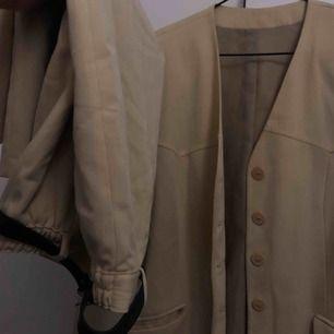 ~20% rabatt! köp sker via depop eller paypal~I detta vintage set ingår en pennkjol och en skjorta med vadderade axlar. Bältet följer med på köpet! jättefin men är tyvärr för stor på mig.