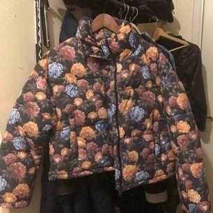 Helt ny jacka som jag aldrig har använt. Helt nytt skick och vill så gärna hitta en ägare till den, så den kan användas. 500 kr + fraktkostnad. 🌼