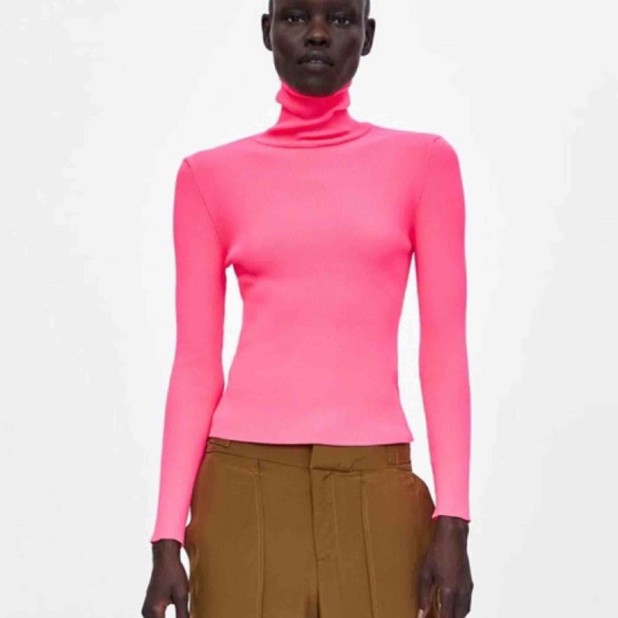Neonrosa ribbad polotröja från Zara, endast använd en gång!  Möts upp i Sthlm eller skickas mot frakt 🌸. Tröjor & Koftor.