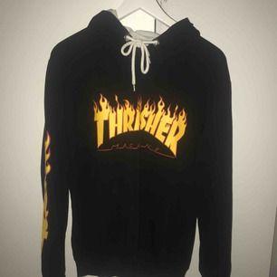Thrasher hoodie, fake i fint skick, står att de är st XL men är mer en s/m
