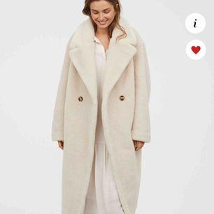 SÖKER denna kappa ifrån H&M trend, gärna i storlek 36 men går bra i 38 med.