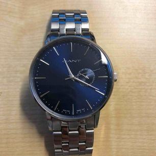 Har en väldigt fin gant klocka som jag vill sälja, nypris är 2200kr och jag tänkte sälja den för 1500kr men kan även gå ner i pris vid snabbare affär
