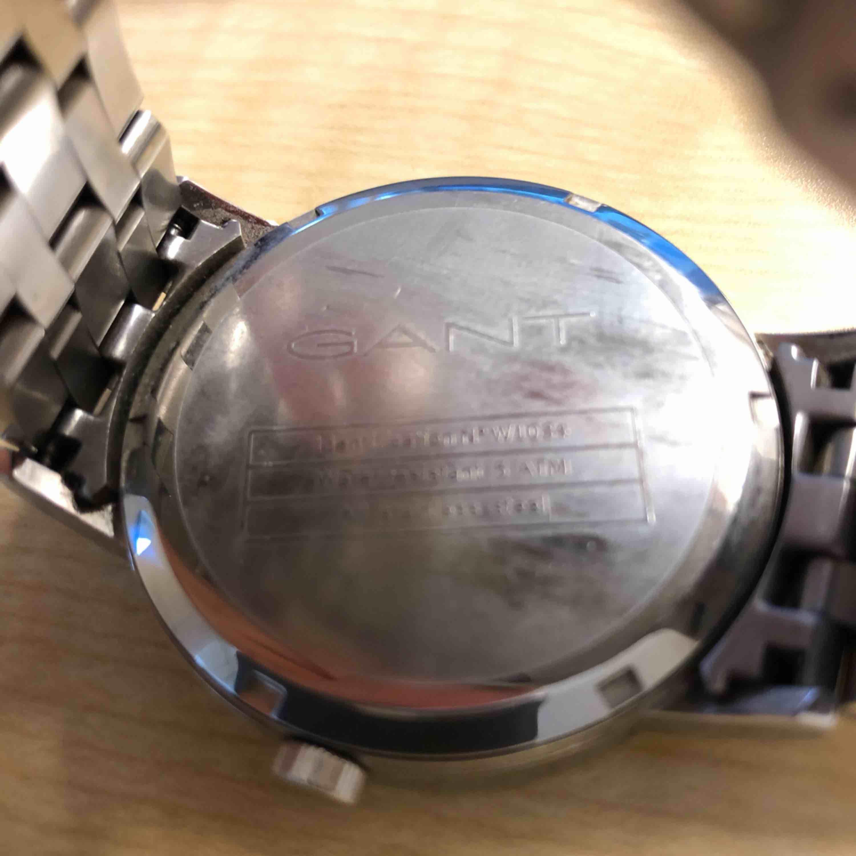 Har en väldigt fin gant klocka som jag vill sälja, nypris är 2200kr och jag tänkte sälja den för 1500kr men kan även gå ner i pris vid snabbare affär. Övrigt.
