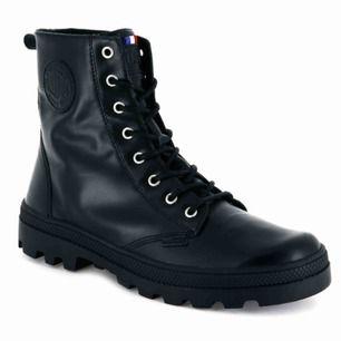 Svarta läderkängor ifrån Palladium. Se mer här: https://palladiumboots.eu/collections/womens/products/95527-008-m Inköpta vintern 2017, sparsamt använda då de är för små för mig. Nypris 1250kr