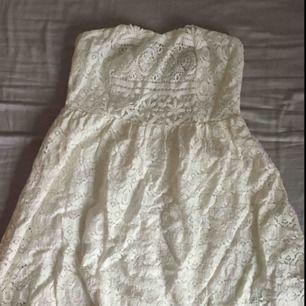Supergullig klänning från Forever 21 som slutar strax under rumpan. Den har ett lager tyg med ett spetslager ovan med dragkedja baktill.