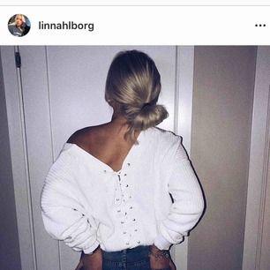 Stickad tröja som är obeskrivligt skön. Sticks inte alls! Snörning på ryggen och jättefin att ha off shoulder. Den är vitare i verkligheten det är bara ljuset som gör den lite gul på bilderna.