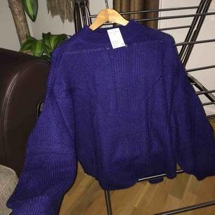 Helt ny stickad tröja från HM i lila/mörkblå färg, super mysig med ballongärmar och lite längre krage, nypris 399