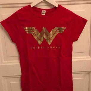 Oanvänd T-shirt med tryck från wonder woman filmen. Strl S men passar även XS
