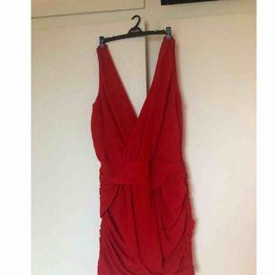Plick kapar bilden av ngn anledning, skriv för bättre bilder! Röd cocktailklänning från Dry Lake. Köpt för 1000kr, bara använd 1 gång så superbra skick! Snygg urringning fram & bak, veckat tyg över mage och rumpa. Frakt tillkommer