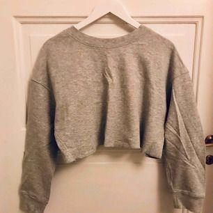Croppad sweatshirt med volang/lösare rygg. Strl M men passar även mindre och större. Aldrig använd