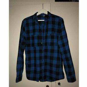 Rutig skjorta, köpt på h&m. Lite tunnare än flanell. Sparsamt använd, bra skick. Frakt tillkommer!