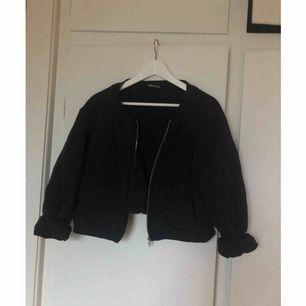 """Croppad svart jacka/tjocktröja från monki. Mjukt bomullsmaterial, lite """"quiltat"""" mönster, se andra bilden. Väl använd men hel och ren! Frakt tillkommer."""