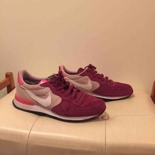 Sneakers från Nike, strl 40. Använda men i bra skick. Lite svarta märken i tyget men går säkert att tvätta bort