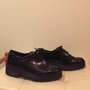 Svarta skor från Monki, strl 40. Använda en gång så i väldigt bra skick!